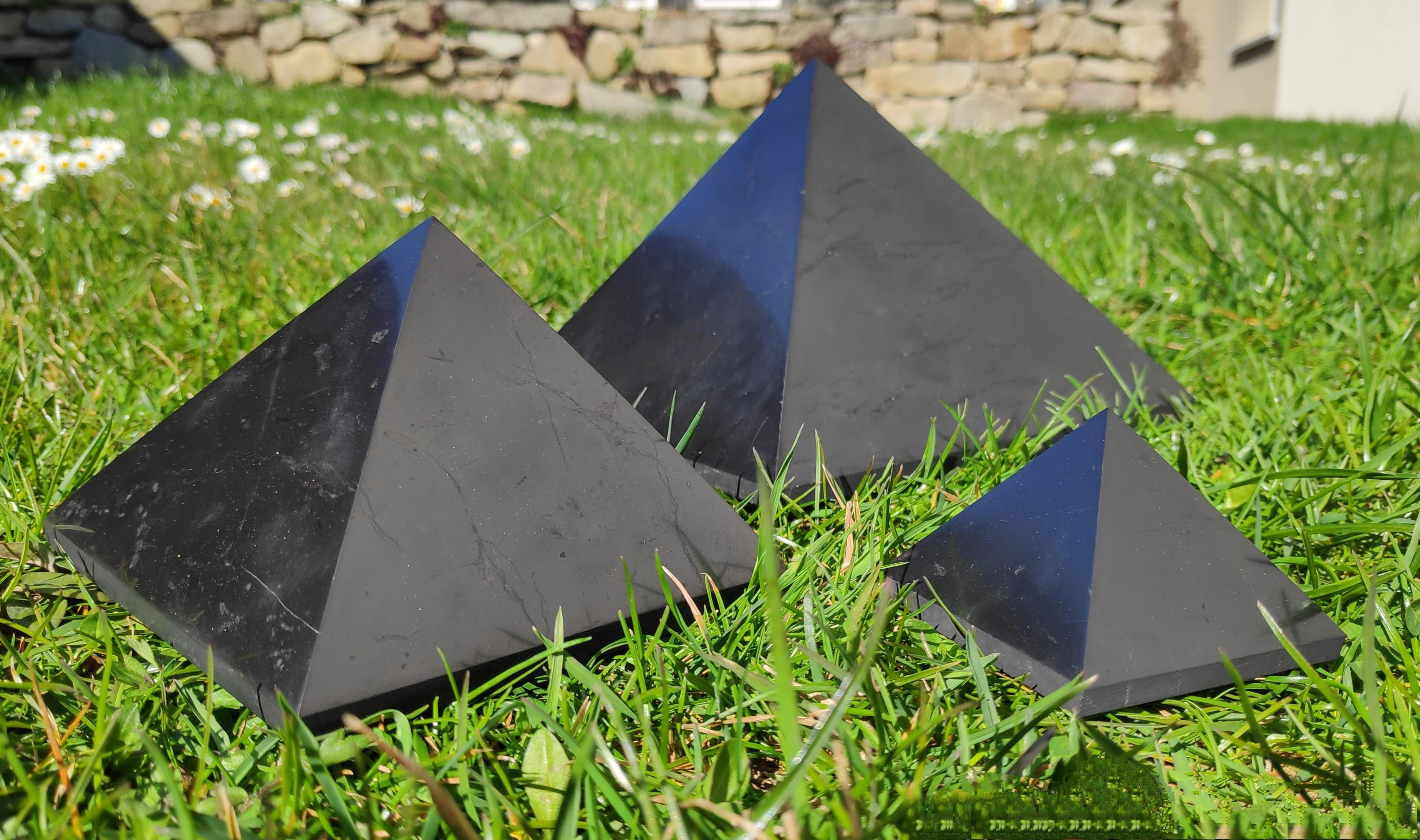 Shungit Pyramiden poliert