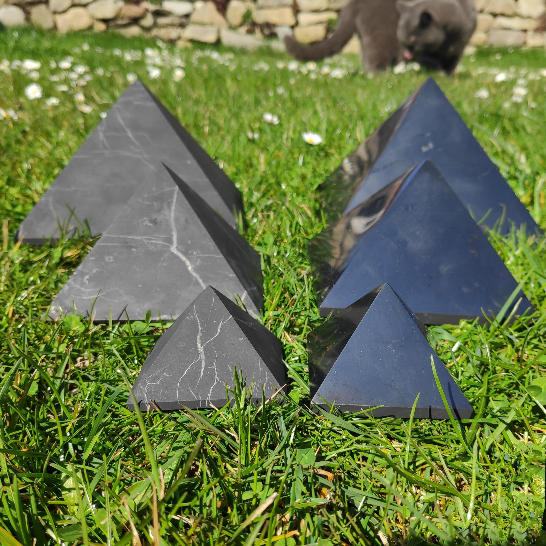 Shungit Pyramiden poliert unpoliert